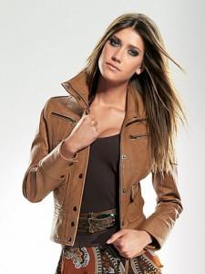 Конечно, большую роль играет фасон, стиль и цвет кожи куртки - все это...