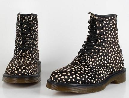 Обувь мартинсы на женских ногах появилась впервые на представительницах...