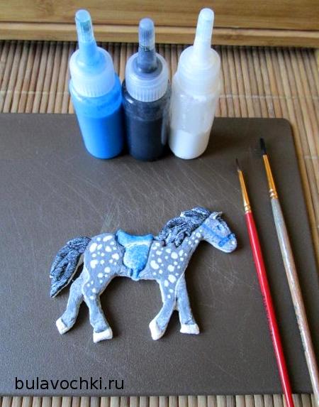 Раскрашенная лошадь из соленого теста