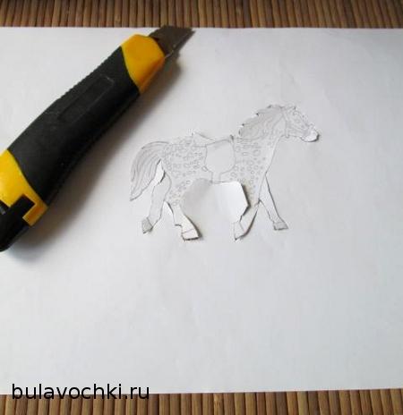 Вырезанная из бумаги лошадка