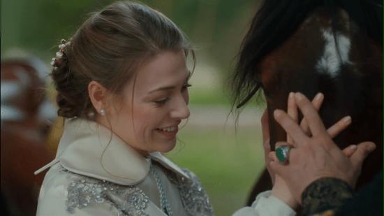 Султан держит руку Анны