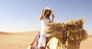 Женщина верхом на верблюде
