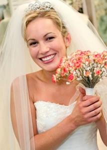прически свадебные с диадемой