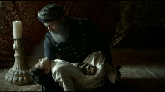 Сулейман держит на руках Мустафу