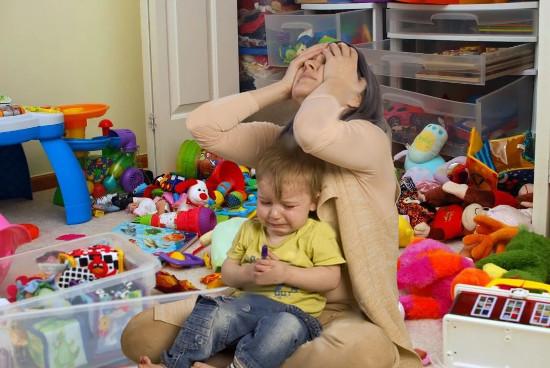 Уставшая мама с ребёнком