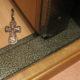 Зачем подкидывают крестик под дверь?