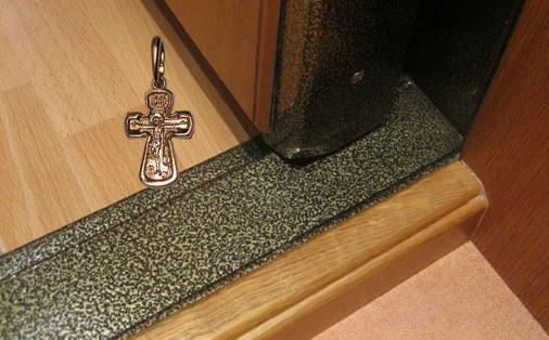 крестик под дверью