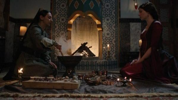 Салиха готовит зелье для Хюррем