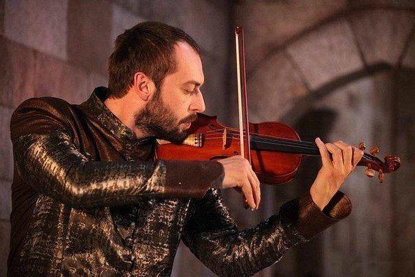 Ибрагим играет на скрипке