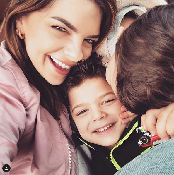 Пелин Карахан с сыновьями