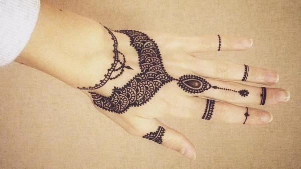 Рисунок на руке хной