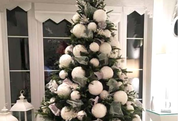 Елка с помпонами или белыми шарами