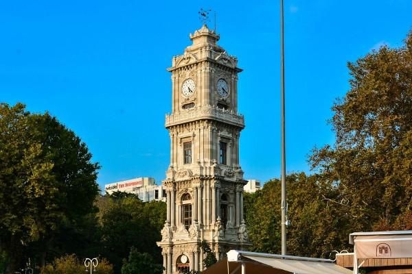 Часовая башня во дворце Долмабахче